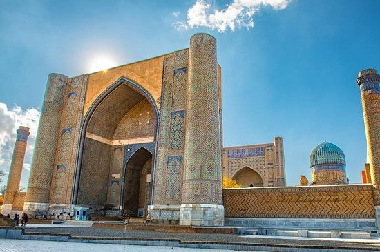 Hopp over linjen: Bibikhanum-moskeen...