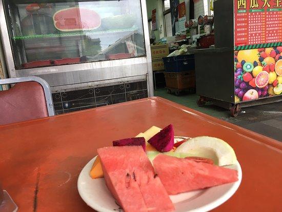 果物、色々で50元…店の前に椅子があり、座って食べられます。また、夏に来てマンゴー食べたいなあ。
