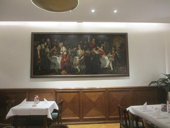 на стенах исторические картины