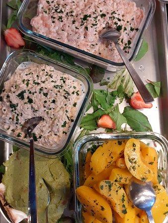Brunch, koud buffet: Zalm tartaar, tonijnsalade met perzik.