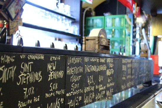 Un lungo bancone per ospitare grandi birre