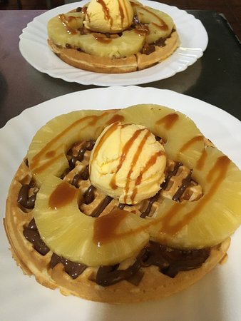 Raposeira Do Logarinho, Португалия: Waffle with Nutella , pineapple vanilla ice cream and a topping with salted caramel