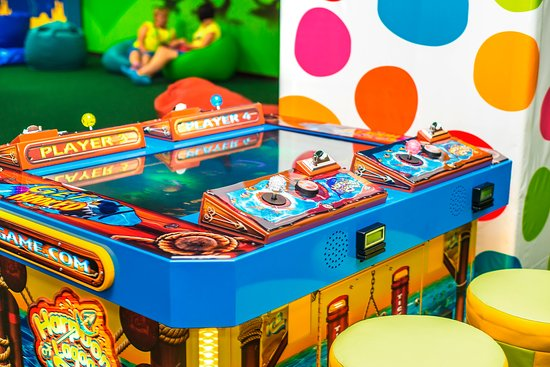 Дети у игрового автомата проектирование игровые автоматы