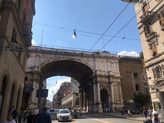 Janov, Itálie: Дивуюче та яскраве місто