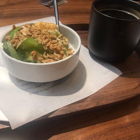 Завтрак вполне может стать причиной для посещения Starbucks Reserve Roastery. 6 Euro вкуснейший йогурт с гранолой, + фрукты (киви, ананас) ягоды(черника, малина, голубика). Кофе дешевле чем в любом ресторанчике в центре Милана (4 euro) Автоматическая станция по обжарке кофе. Приятно наблюдать за процессом.  Приходите утром до 9-10 , тк после очереди из туристов и местных