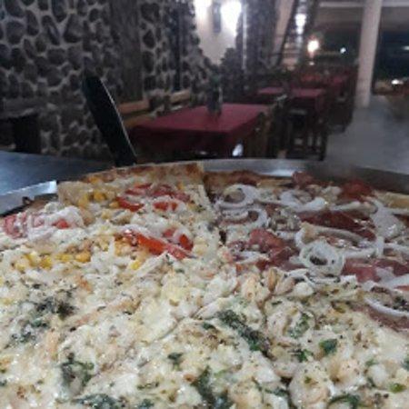 Pizza camarão e calabresa.