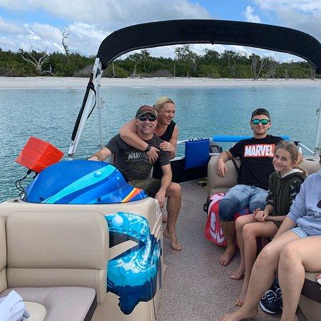 Perfekte Boots Tour mit Kapitän Jeff Nelson von Bookelia (Pine Island)nach Boca Grande Beach.Auf der 5 stündigen Boots Tour Delphine,Pelikane und andere Wildvögel gesehen.Super traumhaften Strände besucht die nur per Boot zu erreichen sind.Viele Muschel gesammelt und einfache nur die Ruhe und die schneeweissen Strände genossen.Das Meer war jetzt im Dezember noch angenehm .Diese Tour mit Jeff können wir nur empfehlen.Jeff ist ein super netter Kerl mit sehr viel Erfahrung👍🏼