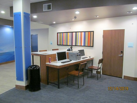 Business center computers in the lobby.