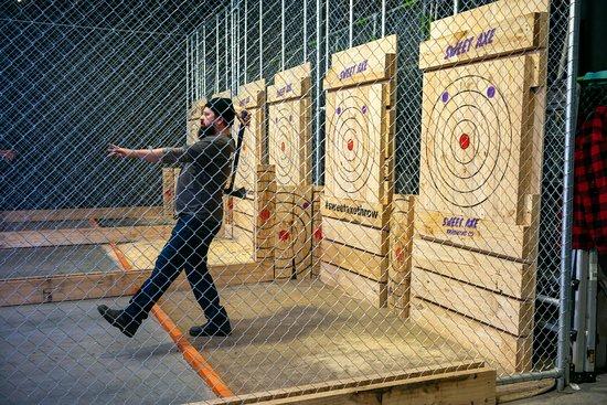 Όκλαντ, Νέα Ζηλανδία: Fenced-in throwing cages and thorough instruction from our axe-perts keeps everyone safe!