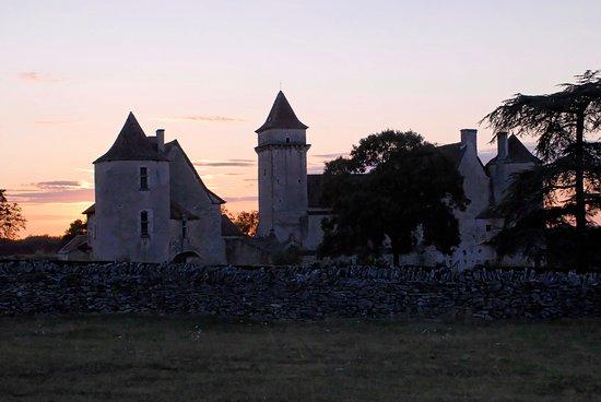 Varaire, France : Château de Couanac sous le crépuscule du soir