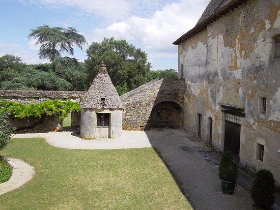 Varaire, France : Cours intérieur du château de Couanac, entrée de la Ferme Auberge