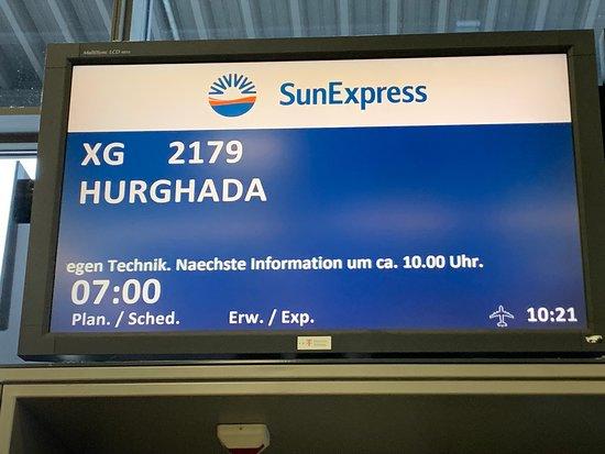 SunExpress: Infotafel am Gate 413, Flughafen Stuttgart