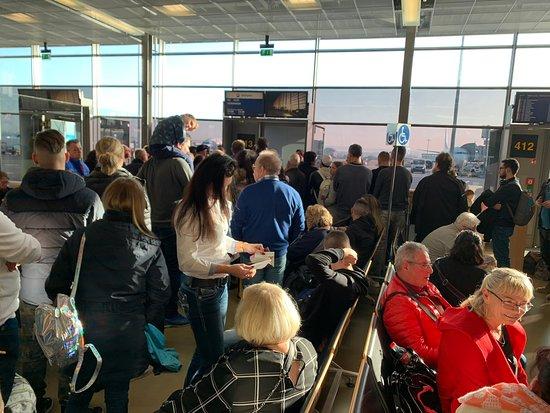 SunExpress: Menschentraube vor dem Gate 413, Flughafen Stuttgart
