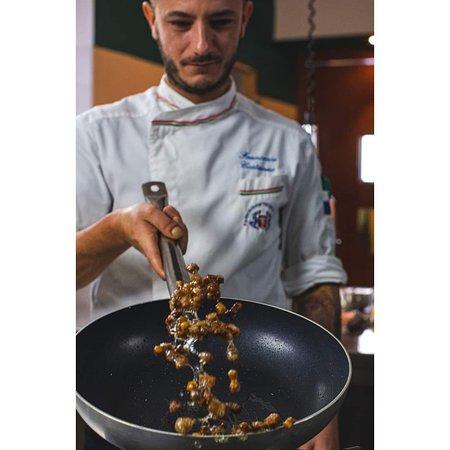 Un insolito cappuccino in preparazione, con pancia di maialino, crema di zucca e cipolla caramellata.