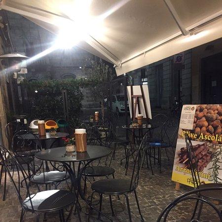 Accogliente locale posizionato all'ingresso di Piazza Del Popolo dove si possono degustare i prodotti tipici della cucina marchigiana ed abruzzese: olive fritte cremini formaggio fritto arrosticini di pecora,fegato,scottona ...il tutto accompagnato dai vini Rosso Piceno e Montepulciano...