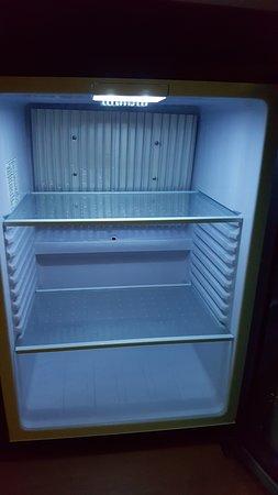 Mini bar vacío y poco refrigerado