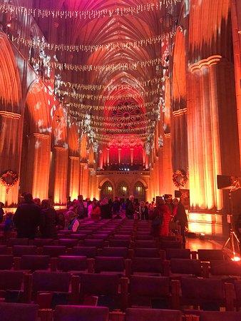 Entrada a la Catedral Nacional de Washington: Twinkling ceiling lights.