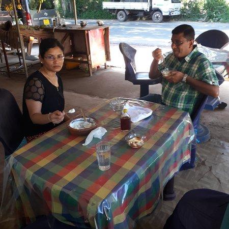 Thanamalwila, Sri Lanka: Teast honey with curd.