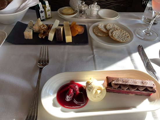Emirates: Desserts, cheese and crackers