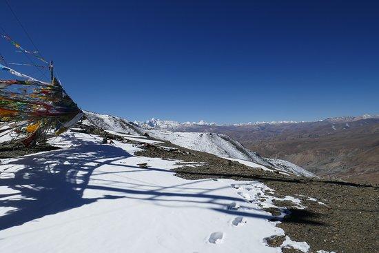 Nyalam County, China: Il panorama dal Gudalak pass verso il Nepal