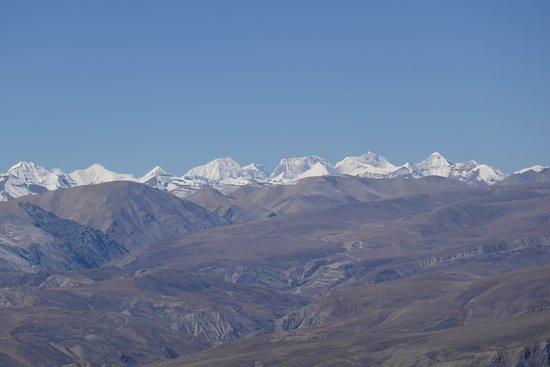 Nyalam County, China: Il panorama dal Gudalak pass col Manaslu (8162 m. al centro) e l'Annapurna (8090 m. forse l'ultimo a destra)