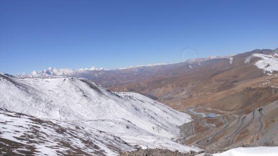 Nyalam County, China: Il panorama dal Gudalak pass con la strada x Kyirong