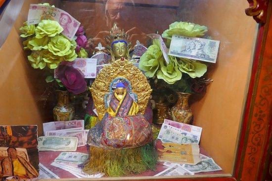 Shigatse, Cina: Monastero di Nartang, statuetta piccola ma offerte grandi