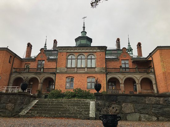 Södermanland, Suecia: Baksidan mot vattnet och den finna parken son nu liger i vila
