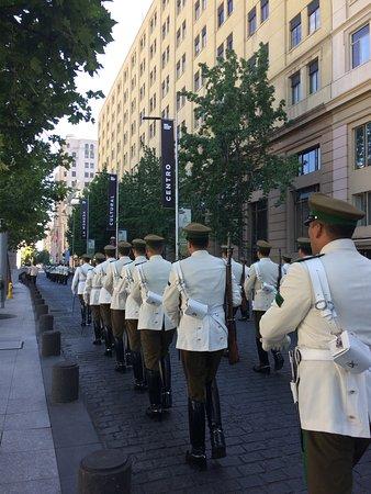 Desfile na rua, até chegar na entrada do La Moneda