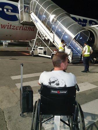 Swiss International Air Lines [SWISS]: comment monter sans ascenceurs , une fois que tous les passagers sont a bord ... on nous a oublié sur le tarmac