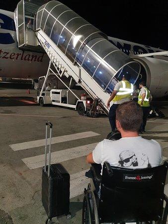Swiss International Air Lines [SWISS]: personnel de bord en train de nous attendre  sans bouger