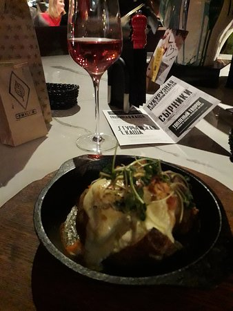 Запечёный картофель с копченым лососем и сыром страчателла. Рыбки мало, но в целом вкусно и сытно.