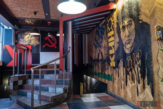 """Кафе-бар """"Перестройка"""" оформлен панно с изображениями культовых героев молодежи постперестроечного времени."""