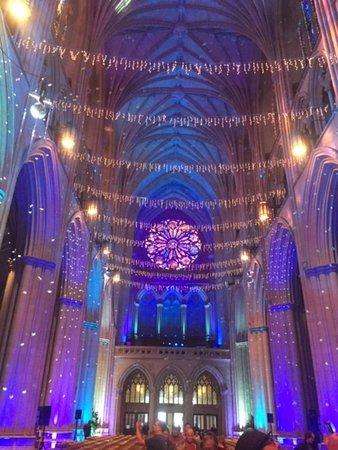 Entrada a la Catedral Nacional de Washington: Decorated for light show