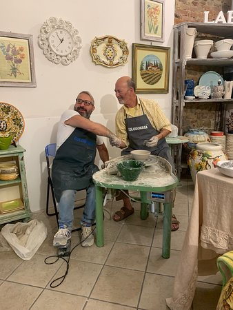 How to make handmade Tuscan Ceramic: a course with a master potter in Montelupo: Finishing the bowl