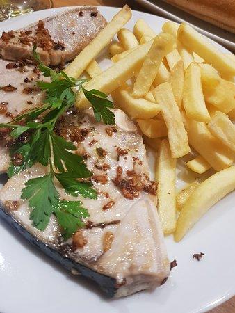 Rueda de Marrajo con ajo y patatas fritas en el menú del día