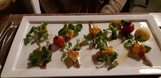 Acciughe, pomodorini confit, crostini, burro aromatizzato