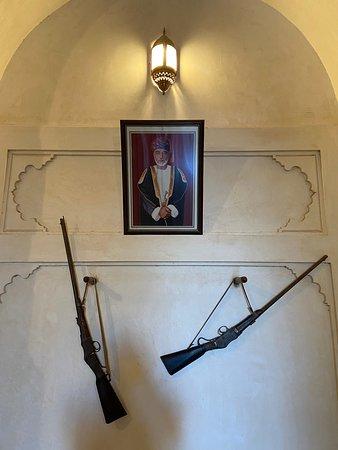 Al Hazm Castle - Sala interna con fucili