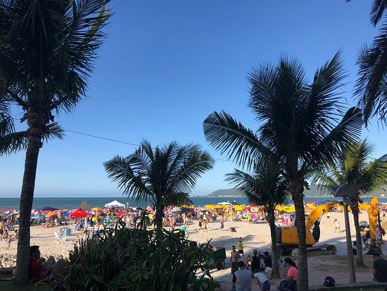 Canasvieiras, SC: A praia é maravilhosa. Fim de ano, você sabe como é: lotada! Mas isso não faz perder o encanto. Fiquei na areia, utilizei as cadeiras e guarda -sol do Restaurante Trilegal, e é claro, como contrapartida, consumi ali mesmo. É uma boa, bebida gelada, comida boa e equipe  simpática. FUGI do aluguel de cadeira entre R$ 10 a R$ 15 e guarda-sol em torno de R$ 15.