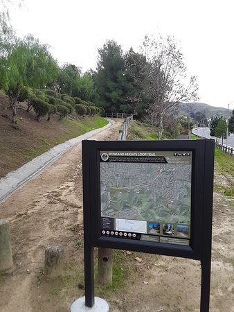 Rowland Heights, קליפורניה: A hiking trail in the Pathfinder Community Regional Park program (newly installed). That is Pathfinder road on the right hand side of this photo.