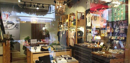 豐富的原住民特色文化潮牌服飾店