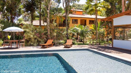 Vista da piscina para os apartamentos de 1 quarto que acomodam até 4 pessoas.