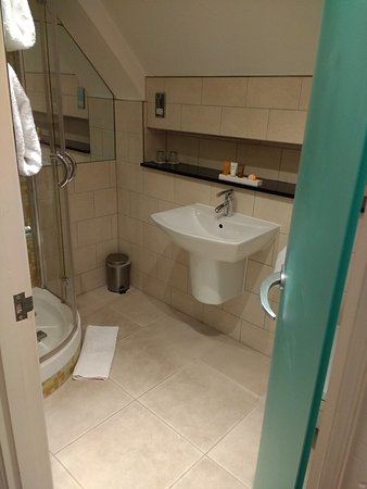 Ensuite to main bedroom in Oberon apartment