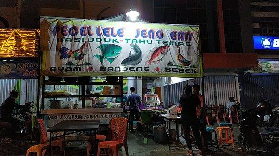 Bangko, Indonesia: pecel lele jeng emy