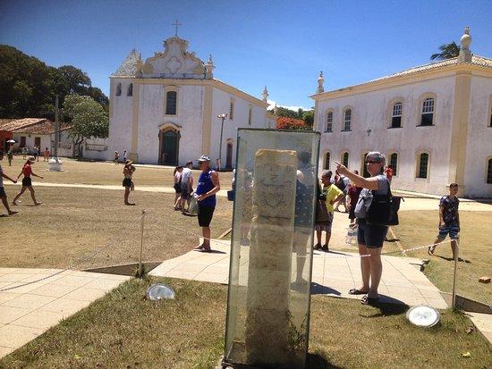 Pátio onde estão a Igreja e a Cadeia, junto com a casa do mandatário português que dava as ordens por ali, na época da chegada dos portugueses ao Brasil. O local também abriga um marco histórico com proteção de vidro.