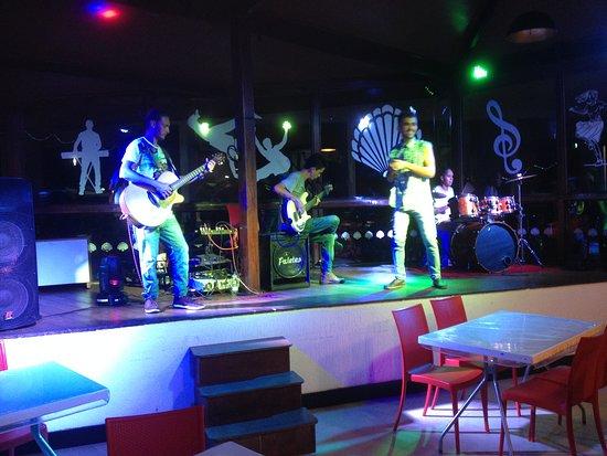 Um dos agradáveis shows musicais noturnos, oferecidos pelo hotel.