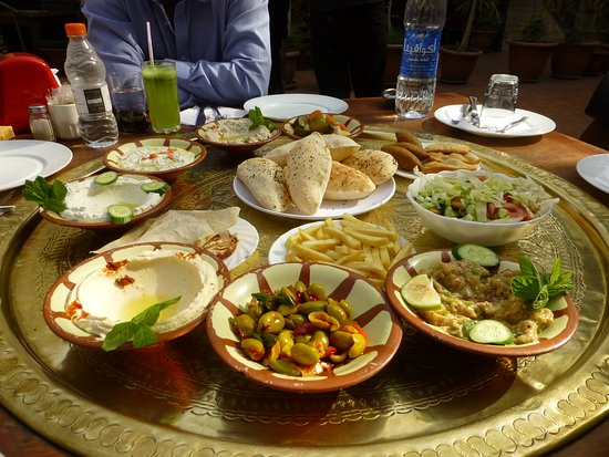 Jordania: A sumptuous lunch in a outdoor cafe in Jordan. Delicious and authentic.