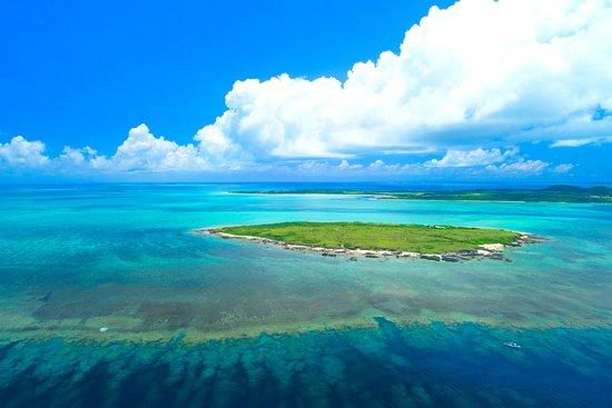 石西礁湖(せきせいしょうこ) 石垣島と西表島の間に広がる広大なサンゴ礁海域は、石垣島の「石」と西表島の「西」をとって石西礁湖と呼ばれ、日本を代表するサンゴ礁生態系を有しています。  この広大なサンゴ礁域は東西に約20km、南北に約15kmの広がりを持っています。石西礁湖内の豊かなサンゴ群集と他の海中生物が織りなす景観は、国内外から高い評価を得ているほか学術的にも貴重な地域といえます。