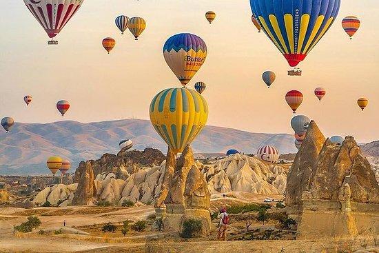 オプションの気球に乗って飛行機でイスタンブールから2泊1泊カッパドキアツアー