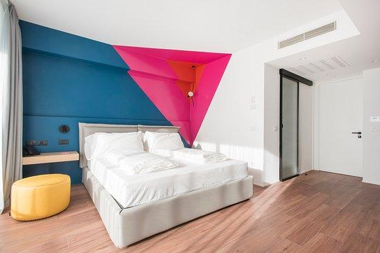 Arco, Ιταλία: Progettate con un approccio minimalista, le camere offrono tutti i comfort e le comodità moderne che rendono ogni soggiorno un momento felice. Completate il soggiorno gustando una deliziosa colazione con prodotti locali, la carica giusta per la vostra prossima avventura.